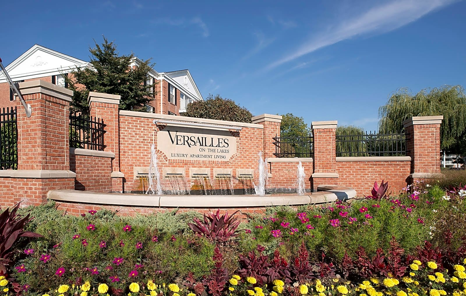Apartments Near Elmhurst Versailles On the Lakes/Oakbrook Terrace for Elmhurst College Students in Elmhurst, IL