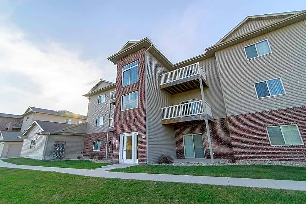 Apartments Near Hawkeye Community College | College Student Apartments