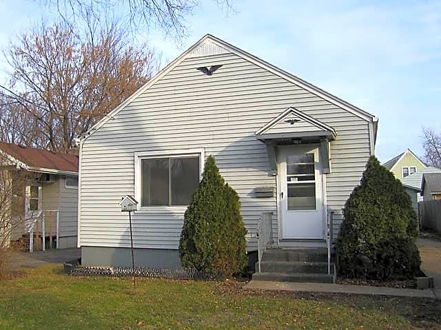 2 bed home with storage shed! Available 4/1
