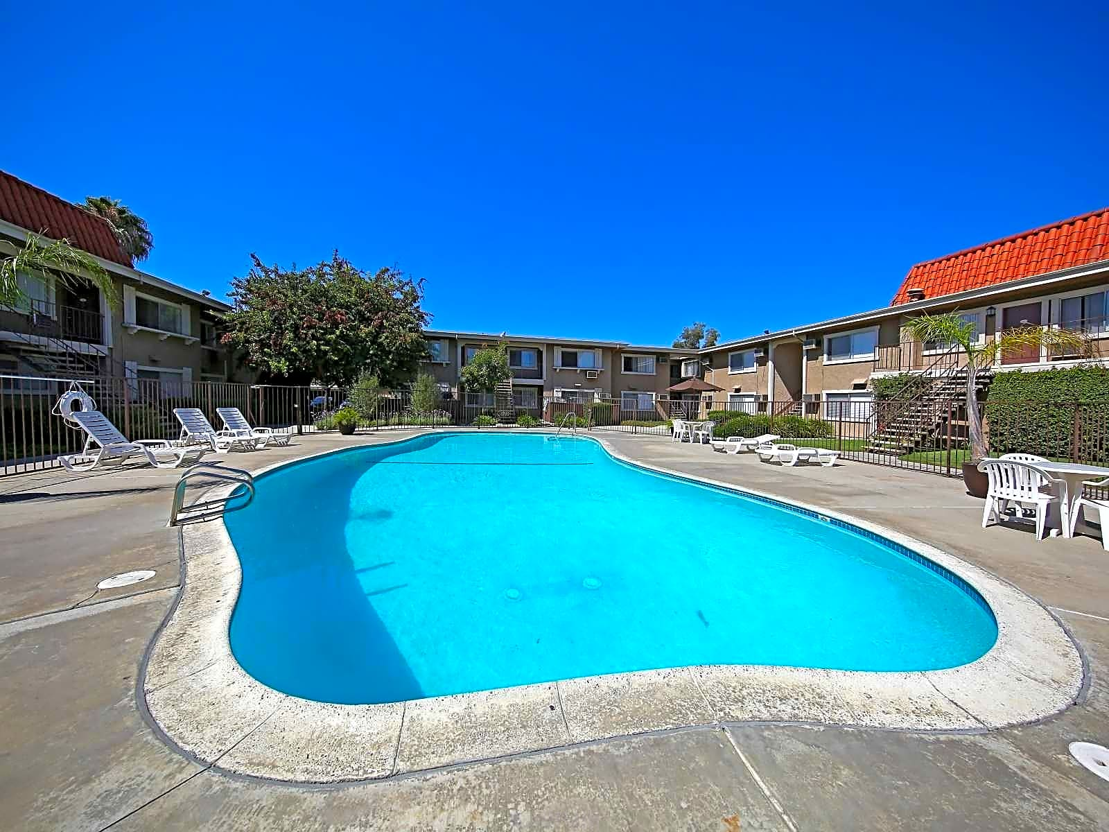 Royal Garden Apartments Cypress Ca 90630