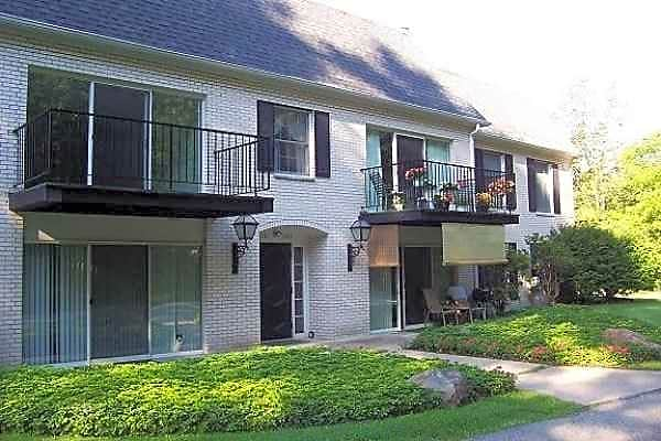 Apartments Near Thiel Lakewood Manor for Thiel College Students in Greenville, PA