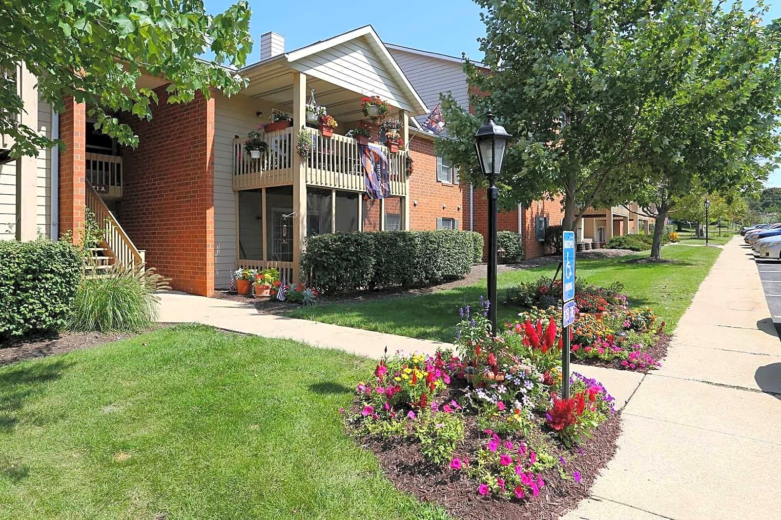 Apartments Near Malone Versailles Gardens for Malone University Students in Canton, OH