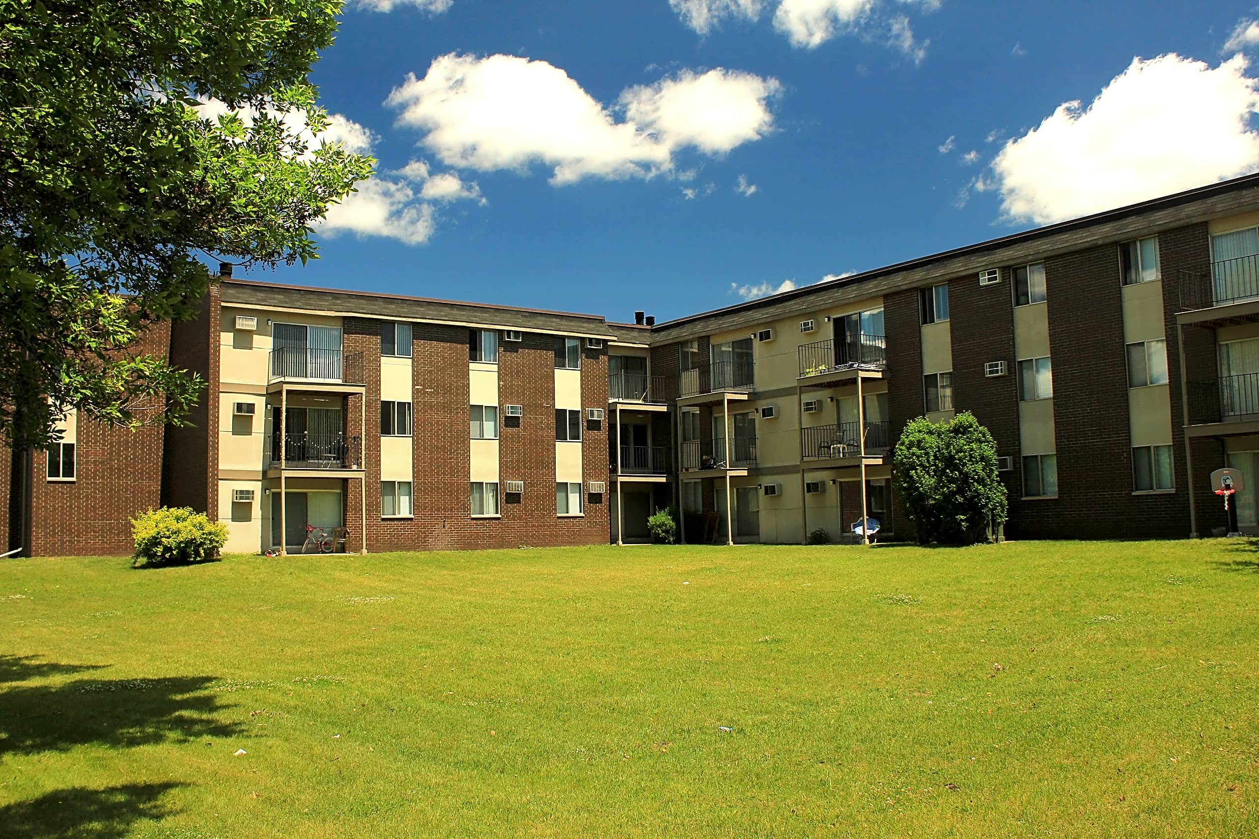 Apartments Near NWC Rosedale Estates for Northwestern College Students in Saint Paul, MN