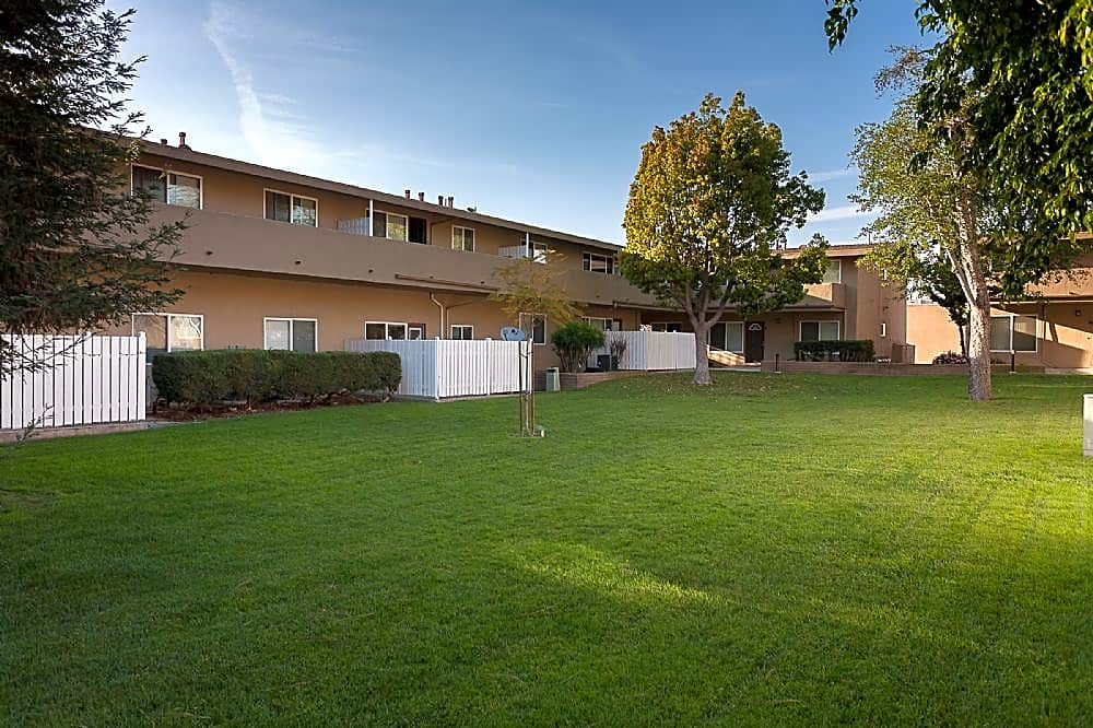 Apartments in Lakewood, CA - Park Del Amo Building View