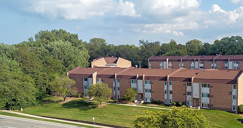 Apartments Near Lewis Prentiss Creek at Downers Grove for Lewis University Students in Romeoville, IL
