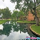 Adorable condo in quiet lakeside complex - Houston, TX 77077