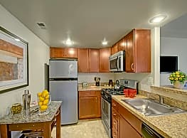 Racquet Club Apartments & Townhomes - Levittown