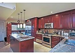 GORGEOUS TOWNHOUSE WITH BEAUTIFUL KITCHEN - Hollywood