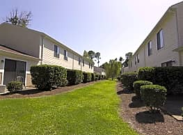 Pinewood Apartments - Wilmington