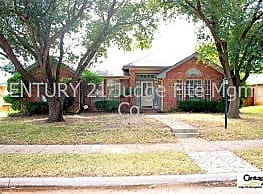 Wonderful 4/2/2 With 2 Living & 2 Dining Areas In - Lewisville