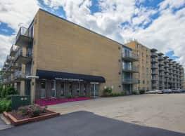Solon Club Apartments - Oakwood Village