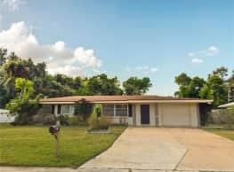 3 Bedroom 2 Bathroom House w/ Huge Fenced In Yard - Sarasota