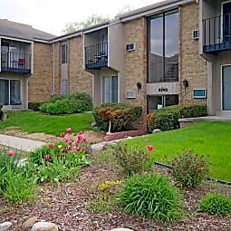 College Square Apartments - Greendale, Wisconsin 53129