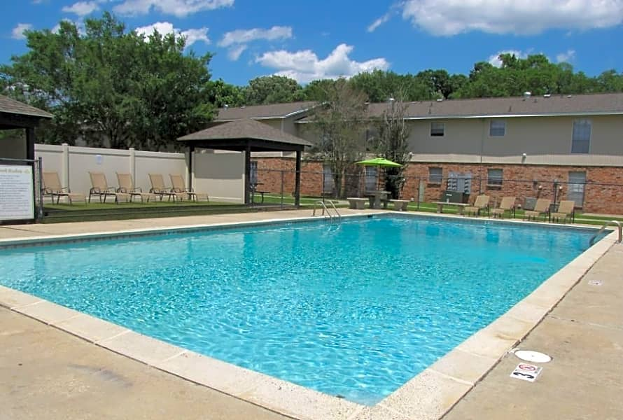 Large Swimming Pool at the Hidden Pointe Apartments in Baton Rouge, LA