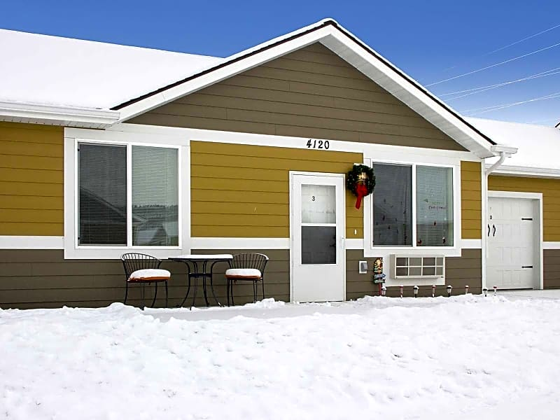 Single level wt attached garage included in rent