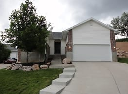 This 5 bedroom 2 bath home has 2552 square feet of - Layton