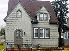 BEAUTIFUL HOME. 2 Bedroom + Office. 2 Car... - Milwaukee