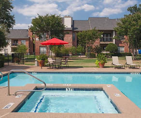 Swimming Pool and Spa, Summer Meadows Apartments