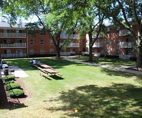 Courtyard, The Carolina Apartments