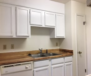 Kitchen, Woodland Run East Apartments