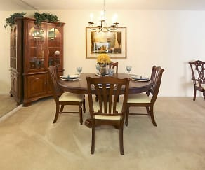 Dining Room, Ivy Hall at Kenilworth Apartments