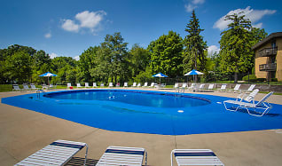 Sparkling Pool & Sun Deck!, Oak Park Apartments