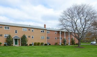 Building, Levittown Trace Apartments