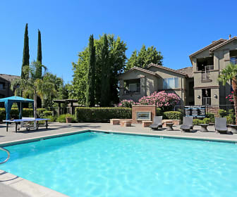 Pool, Miramonte and Trovas Apartments