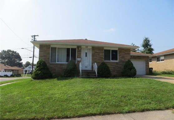 3225 Woodlawn Dr, Parma, OH