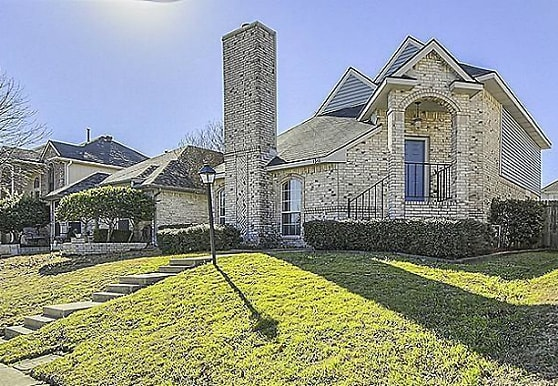 1348 Creekview Dr, Lewisville, TX