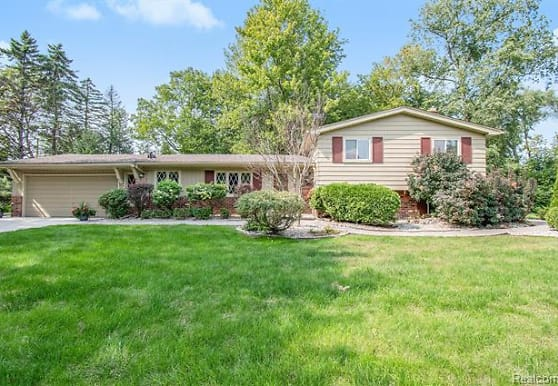 7374 Woodridge Rd, West Bloomfield, MI
